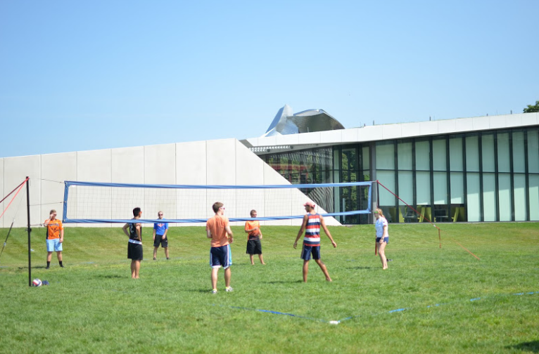 Students+are+playing+volleyball+together+in+last+year%27s+student+activitiy+fair.