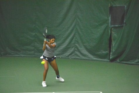 Women's tennis splits two matches