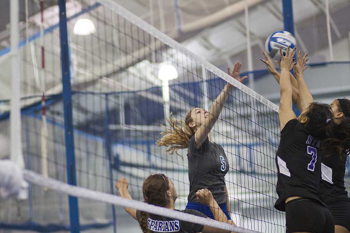 Junior Natalie Southard outreaches NYU in UAA Round Robin match